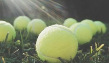 vi-sao-nen-mang-theo-qua-bong-tennis-khi-di-may-bay-ivivu-1