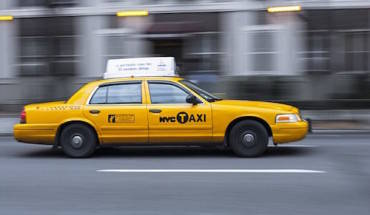 vi-sao-taxi-new-york-thuong-son-mau-vang-ivivu-1