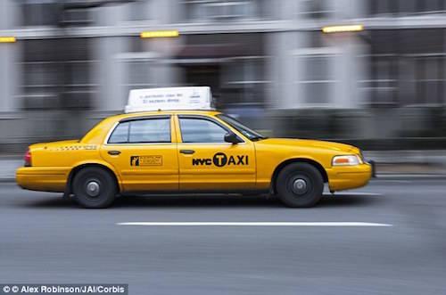 Chính quyền New York quy định tất cả taxi đều phải sơn màu vàng. Ảnh: Alex Robinson.