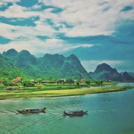 Những bức ảnh chụp Việt Nam được đạo diễn Jordan Vogt-Roberts cập nhật khá thường xuyên trên trang Instagram cá nhân trước, trong và sau thời điểm ghi hình Kong: Skull Island. Trên hình là dòng sông Son ở Quảng Bình.