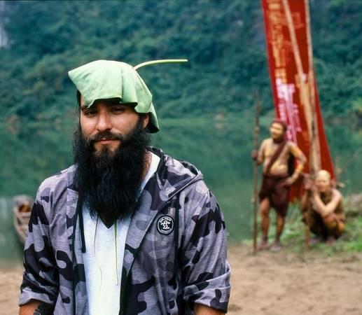 Anh tạo dáng cùng chiếc lá đội trên đầu khi ghi hình tại Ninh Bình.