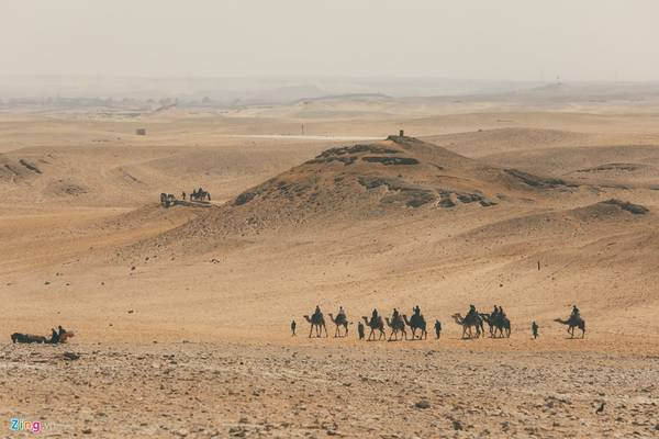 Dù thời tiết rất nóng bức, nhưng nhiều du khách thích thú với loại hình cưỡi lạc đà trong sa mạc để có trải nghiệm cuộc sống thời xa xưa.