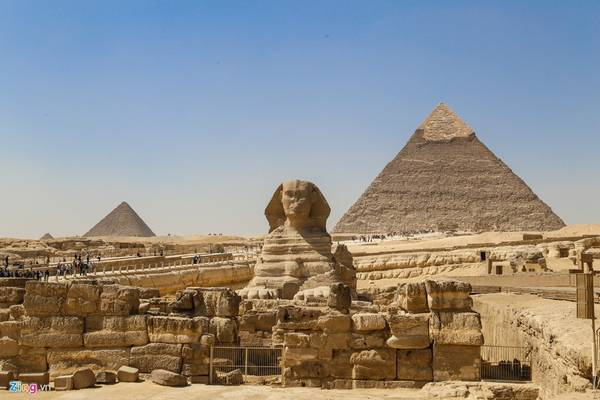 Cách kim tự tháp Khephren không xa là tượng nhân sư có thân sư tử đầu người. Đây là bức tượng bằng đá nguyên khối lớn nhất thế giới. Tượng dài 73,5 m và cao 20,2 m.