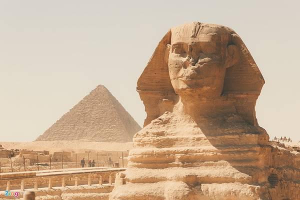 Vào năm 1880 khi tìm thấy các tấm bia cổ, người ta mới biết bức tượng đã bị cát chôn vùi từ ngàn năm trước, qua thời gian chiếc mũi trên bức tượng bị gãy vỡ và vẫn chưa tìm được nguyên nhân.