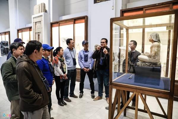 Anh Ahmed Elsayad hướng dẫn viên địa phương cho biết có những bảo vật quý hiếm cực kỳ như mặt nạ vàng của vua Tutankhamun, mặt nạ xác ướp của Psusennes, tượng vua Phafre, bia đá Merneptah...