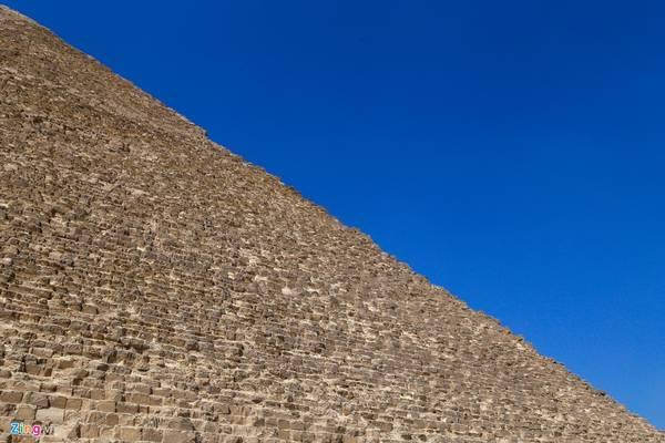 Ngày nay du khách đến đây thường thấy các kim tự tháp có bề ngoài thô ráp, nhưng theo lời giải thích của các nhà khoa học, đó là do sự tàn phá theo thời gian, còn thực tế là ban đầu chúng được ốp một lớp đá vôi sáng bóng phản chiếu ánh sáng mặt trời như một tấm gương rực rỡ trên sa mạc.