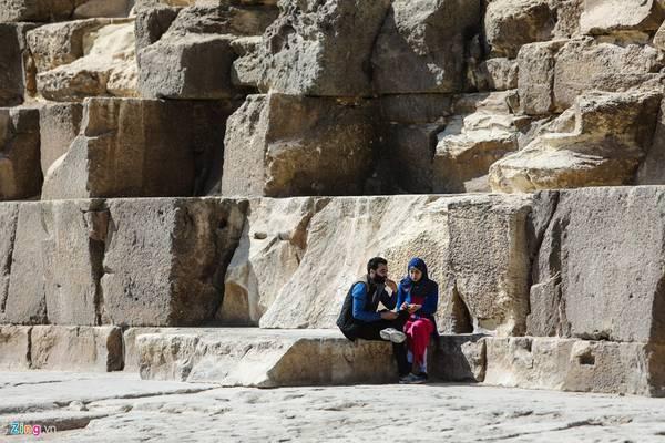 Du khách nghỉ ngơi bên những khối đá khổng lồ xây dựng nên kim tự tháp. Mỗi khối đá bình quân trọng lượng từ 15 đến 30 tấn, có những khối nặng đến 50 tấn. Điều đặc biệt, chúng được mài cực kỳ nhẵn và xếp khít nhau đến mức không khí không thể lọt qua.