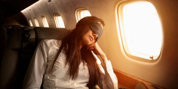 Ngồi gần cửa sổ là một trong những cách giúp bạn ngủ trên máy bay. Ảnh: Getty Images.