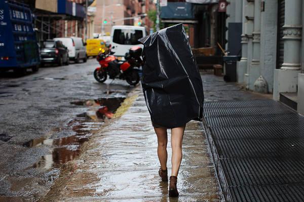Bao đựng rác: Bạn có thể dùng chúg để cất quần áo ướt, bẩn, hay đựng rác để vứt đi sau. Đồng thời, chúng còn được dùng làm áo khoác hay quần áo giữ nhiệt tạm thời trong trường hợp bạn không chuẩn bị cho thời tiết lạnh giá. Chúng còn có tác dụng tạo lớp bảo vệ ngoài vết thương đã được băng bó, đựng nước, đựng lá làm gối hay che mưa, che nắng. Ảnh: 2WAAM.
