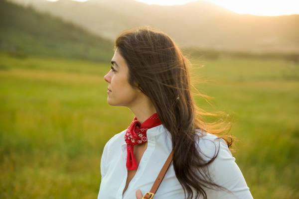 Khăn bandana: Loại khăn dạng ống có thể được sử dụng như khăn quàng cổ, băng đô, mặt nạ, buộc tóc... Chúng mềm, nhẹ, có thể giữ mát hoặc làm ấm. Đặc biệt trong những tình huống như hỏa hoạn, gặp khí gas, bạn có thể thấm nước khăn và bịt miệng để tránh hít phải khói. Ngoài ra, khăn còn có thể dùng như băng cứu thương. Ảnh: Lauren Schwaiger.