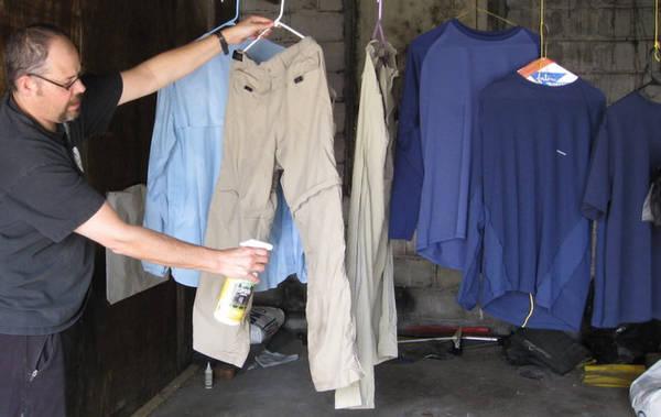 Quần áo chống côn trùng: Du khách có thể bị nhiễm zika, sốt vàng da hay các bệnh truyền nhiễm do côn trùng khác. Một số công ty có dòng quần áo chống côn trùng chuyên dụng, hoặc bạn có thể dùng loại xịt không mùi. Ảnh: Section Hiker.