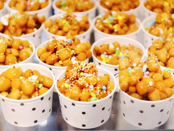1. Struffoli: Những chiếc bánh tròn nhỏ được chiên vàng có lớp vỏ bên ngoài giòn rụm và phần xốp bên trong, bao phủ với một lớp mật ong, quế và vỏ cam. Các đầu bếp Ý còn rắc thêm một lớp hạt đường ma thuật đủ màu sắc bên ngoài khiến Struffoli thực sự khiến thực khách không thể cầm lòng.