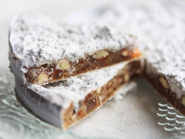 13. Panforte: Dù có rất nhiều kiểu biến thể nhưng về cơ bản Panforte được làm từ các loại hạt, trái cây và gia vị cay. Những miếng bánh màu nâu phủ lớp đường bột bên trên thường được phục vụ cùng cà phê hoặc rượu sau mỗi bữa ăn.