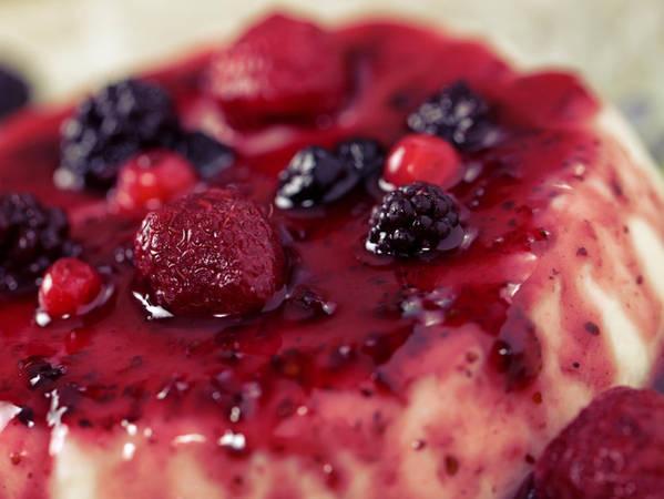 """14. Panna cotta: Panna Cotta trong tiếng Ý có nghĩa là """"kem nấu"""", là một món tráng miệng đơn giản nhưng vô cùng tinh tế. Được làm từ các nguyên liệu như kem sữa, sữa tươi, bột gelatin,… và trang trí với mứt hay hoa quả tùy ý."""
