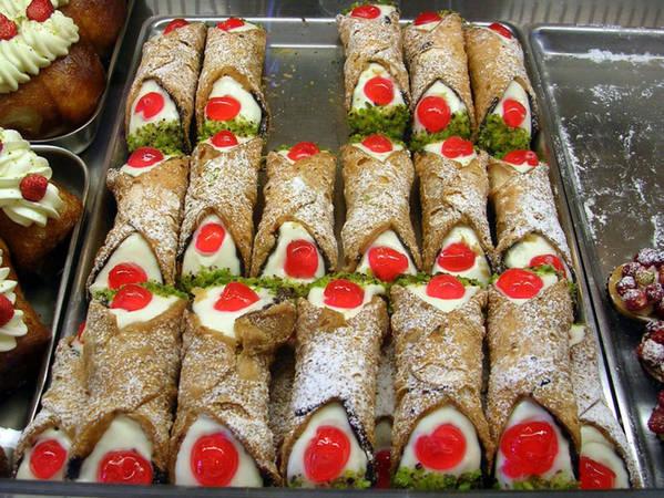 4. Cannoli: Cannoli có nguồn gốc từ đảo Sicily nổi tiếng. Những chiếc bánh ngọt chiên hình ống bên trong chứa ngập loại phô mai ricotta béo thơm của Ý thực sự khiến bất cứ ai nhìn cũng phải nuốt nước miếng.