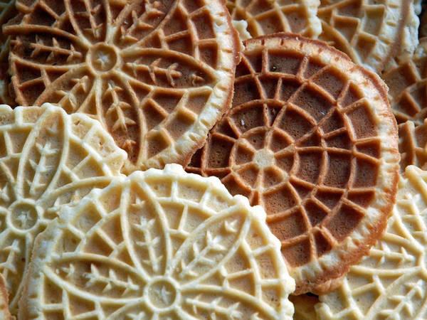 6. Pizzelle: Pizzelle có hình tổ ong hoặc tròn như những chiếc bánh bích quy, được nướng trên sắt nóng để tạo độ giòn. Đôi khi, người ta nhồi nhân kem vào bên trong và cuộn tròn lại để Pizzelle có hình như những chiếc bánh quế.