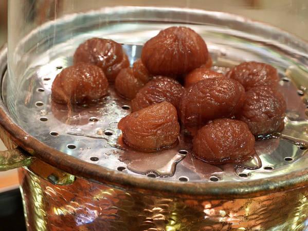 7. Marrons glacés: Hạt dẻ nướng hoặc luộc bao phủ trong một lớp si-rô đường và men tạo thành một loại bánh tráng miệng vô cùng ưa thích của người Ý, Marrons glacés.