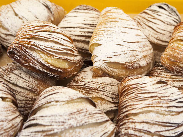 """9. Sfogliatella: Chiếc bánh sfogliatella có hình dáng như đuôi tôm hùm, là một loại bánh nướng đầy hương vị đến từ vùng Campania của nước Ý. Sfogliatella có nghĩa là """"lá mỏng"""", vì cấu trúc của bánh giống với lá xếp chồng lên nhau."""