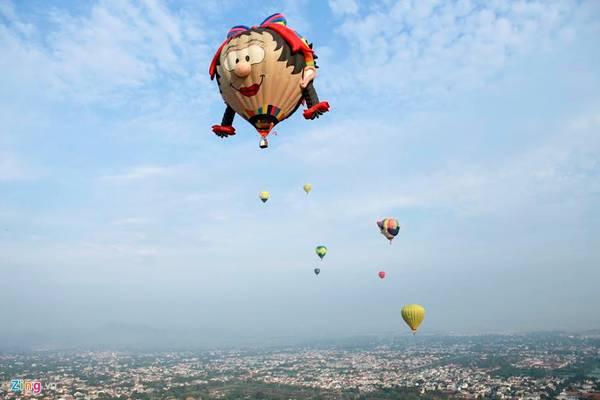 Bạn sẽ có dịp chiêm ngưỡng khinh khí cầu đầy màu sắc từ các nước tham dự lễ hội. Ảnh: zing news.