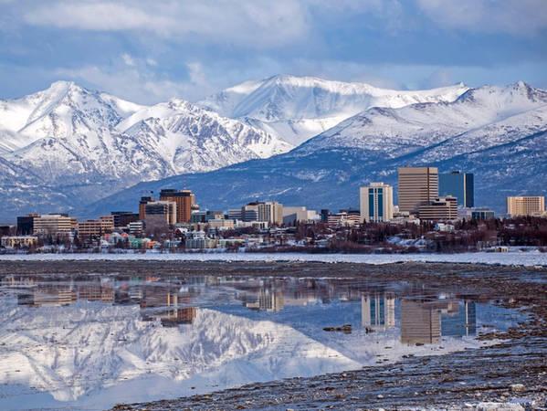 Anchorage là thành phố lớn nhất ở Alaska, nằm ngay cạnh một dãy núi hùng vĩ phía sau.