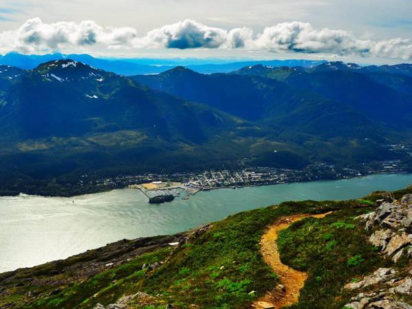 Hoặc bạn có thể nhảy lên chiếc xe điện Mt.Roberts, chuyến đi sẽ đưa bạn lên độ cao 548 m - một vị trí thật tuyệt để ngắm nhìn vẻ đẹp đáng kinh ngạc của dòng kênh Gastineau và thị trấn Juneau.