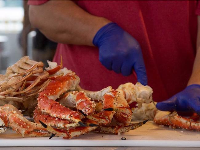 Nếu bạn xuống đến thị trấn Juneau, hãy dừng chân ở quán Tracy's King Crab Shack để thử món càng cua hoàng đế nổi tiếng của nước Mỹ.