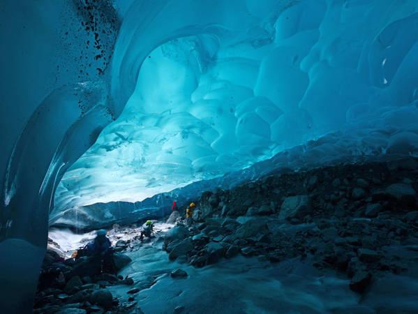 Dòng sông băng Mendenhall Glacier với hang động băng hùng vĩ Blue Vlacier Ice Cave chỉ nằm ngay bên ngoài thị trấn Juneau
