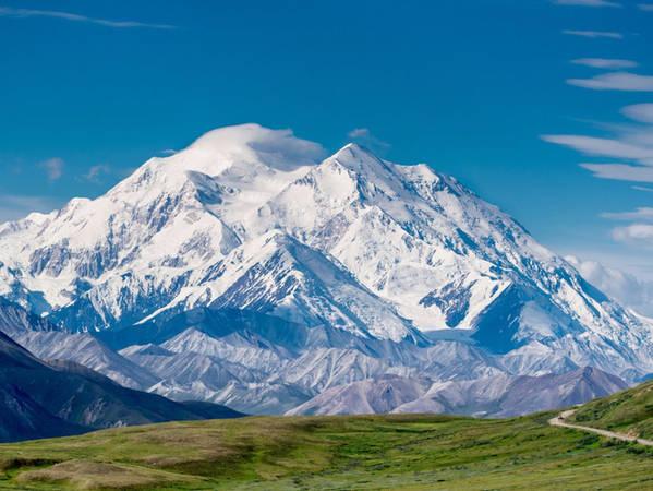 Không chỉ có các dòng sông băng, Alaska còn là quê hương của rất nhiều dãy núi lớn, trong đó có ngọn núi Mount Mckinley cao nhất nước Mỹ.