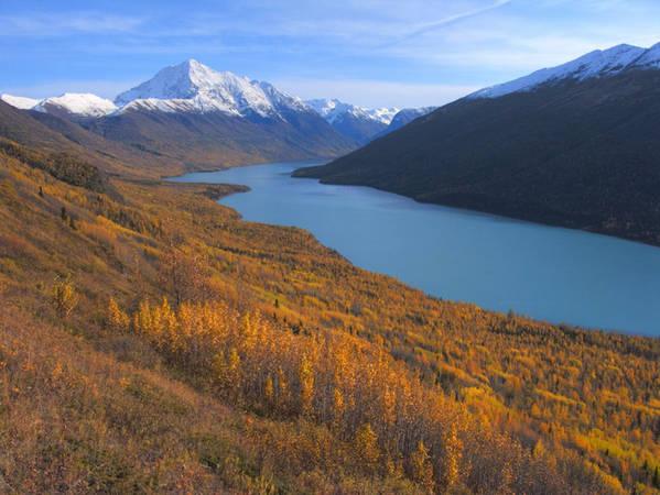 Ở Alaska, bạn sẽ cảm giác như lúc nào cũng đang được sống giữa thiên nhiên hoang dã, ngay cả khi đang ở trong một thành phố lớn. Lái xe từ Anchorage đến hồ Eklutna Lake, một nơi lý tưởng cho môn chèo thuyền kayak.