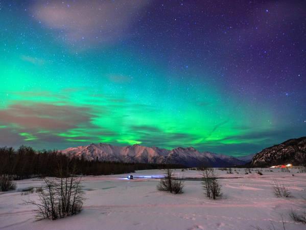 """Và một chuyến đến Alaska sẽ không hoàn hảo nếu bạn bỏ lỡ cơ hội ngắm tia cực quang tuyệt đẹp xuất hiện vào mỗi mùa đông ở đây. Thành phố Fairbanks là nơi dừng chân lý tưởng để """"săn"""" cực quang."""