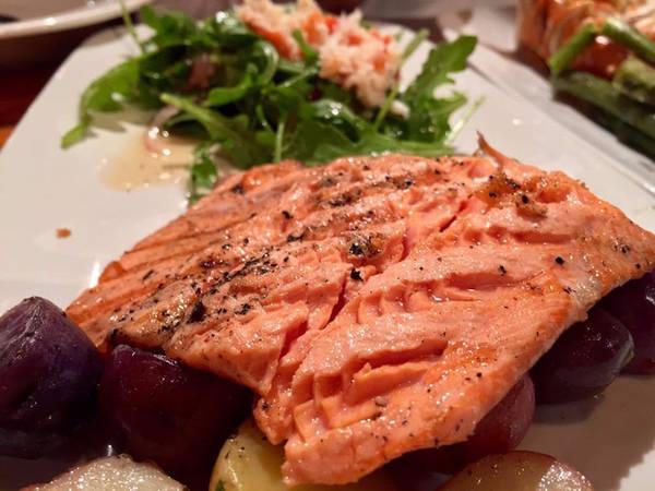 Hãy tự thưởng cho mình một bữa tối ngon lành từ cá hồi. Món cá hồi nổi tiếng của nơi này có thể tìm thấy tại nhà hàng Glacier Brewhouse ở Anchorage.