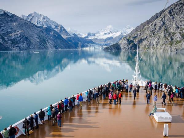 Alaska sở hữu rất nhiều dòng sông băng ở khắp mọi nơi. Glacier Bay là một ví dụ. Có phong cảnh tuyệt đẹp và các loại động thực vật hoang dã vô cùng phong phú, đây là nơi dừng chân thường xuyên của các tàu du lịch.