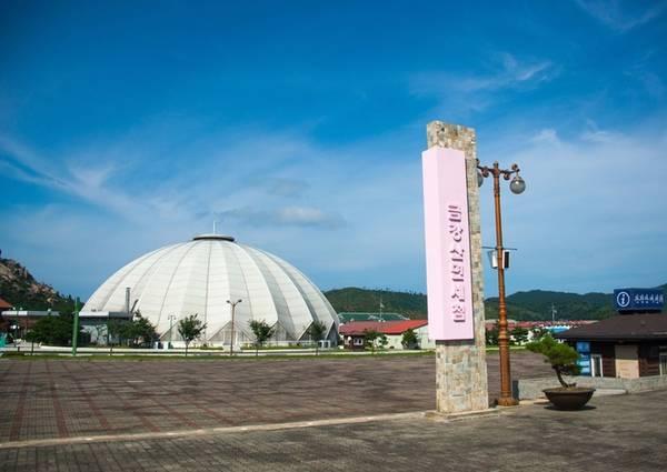 Khu resort Kumgang (Triều Tiên) do một tập đoàn sản xuất ôtô đầu tư, họ trả một tỷ USD cho chính phủ Triều Tiên để độc quyền khai thác trong 50 năm. Nơi đây thu hút gần 2 triệu khách Hàn Quốc từ năm 1998-2008 với tour khám phá núi Kumgang.