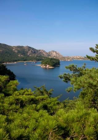 Khung cảnh hồ Samil với núi và rừng thông nhìn từ khu nghỉ dưỡng. Người Triều Tiên tin rằng dãy núi Kumgang bao quanh khu nghỉ dưỡng là dãy núi thiêng.