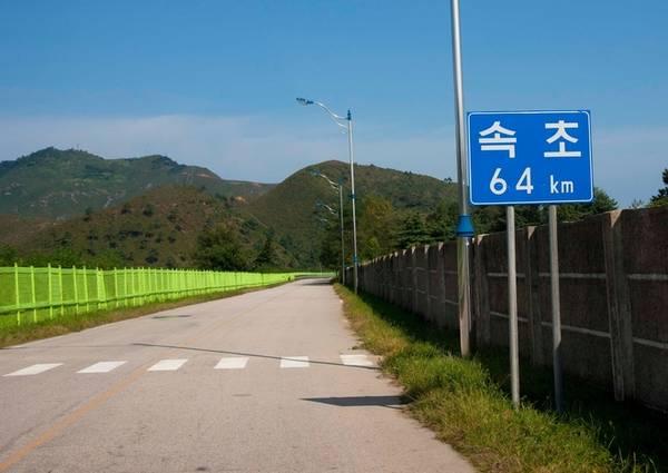 Tuy nhiên, khu nghỉ dưỡng bị bỏ không từ tháng 7/2008 khi du khách Hàn Quốc bà Park Wang-ja, 53 tuổi, bị bắn chết tại đây. Khi đó bà Park đang dạo chơi ở khu vực đóng quân của quân đội Triều Tiên gần khu resort. Trong ảnh là đường dẫn vào khu nghỉ dưỡng Kumgang.