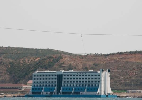 Trong hình là khách sạn nổi Haegeumgang thuộc khu nghỉ dưỡng, có chi phí xây dựng lên tới 20 triệu USD. Các kỹ sư phải vận chuyển công trình này qua quãng đường hơn 13.000 km đến Triều Tiên. Họ đưa Haegeumgang từ địa điểm ban đầu ở rạn san hô Great Barrier Reef (Queensland, Australia) tới Việt Nam và nhà đầu tư quyết định chuyển nó tới dự án du lịch Kumgang vào năm 2000.