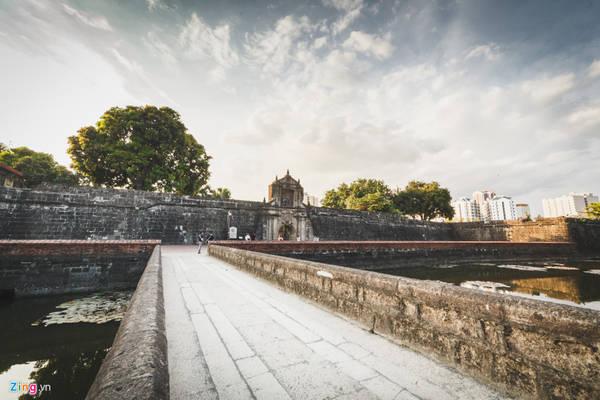 Năm 1571, khi thực dân Tây Ban Nha đến cai trị Philippines, để chống lại sự phản kháng của người dân bản địa, họ xây khu vực trường thành phòng thủ rộng 64 ha tại thị trấn cổ Intramuros, một vị trí đắc địa, nằm ngay tại cửa sông Pasig chảy ra vịnh Manila.