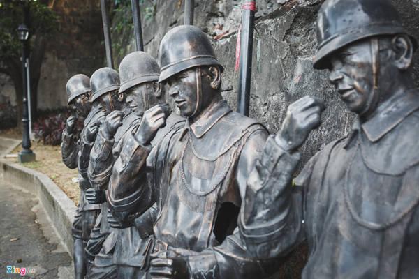 Bên trong pháo đài, du khách có thể dễ dàng bắt gặp các tượng đá, mô phỏng lại quân lính Tây Ban Nha thời thực dân - thuộc địa, hoặc các nhân vật nổi tiếng trong lịch sử Philippines.