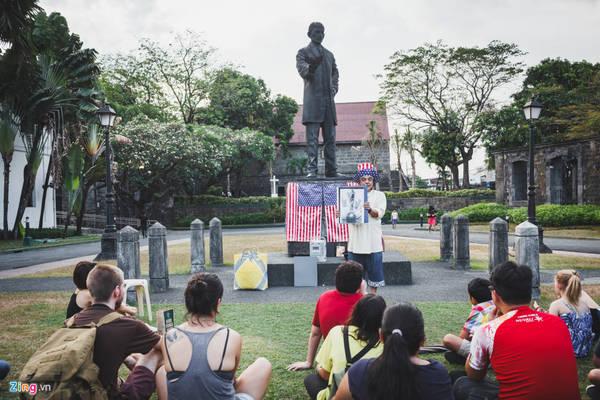 Vào một số buổi chiều trong tuần, những người Mỹ thường vào pháo đài, kể chuyện vui về lịch sử - chính trị của đất nước Philippines và Mỹ, thu hút khá đông du khách đến nghe.
