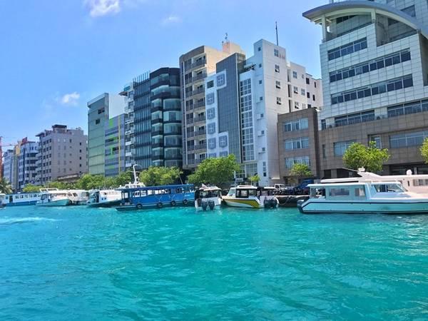 Thủ đô Malé, một trong những thủ đô nhỏ bé nhất thế giới, có diện tích hơn 6 km2. Đây là một hòn đảo nhỏ nằm giữa bốn bề biển khơi vùng Ấn Độ Dương.