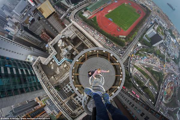 Những hình ảnh khiến người xem chóng mặt này được chụp từ đỉnh của các tòa nhà chọc trời ở Hong Kong (Trung Quốc) và New York (Mỹ). Ảnh: Denis Krasnov/www.mediadrumworld.com.