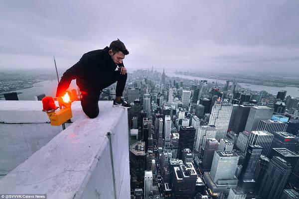 Một người quan sát New York từ góc sân thượng tòa nhà cao tầng. Ảnh: @SVVVK/Caters News.