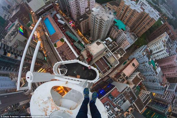 Nhiếp ảnh gia 20 tuổi, người Nga, Denis Krasnov cùng bạn leo lên các công trình cao tầng ở Hong Kong và chụp ảnh. Ảnh: Denis Krasnov/www.mediadrumworld.com.