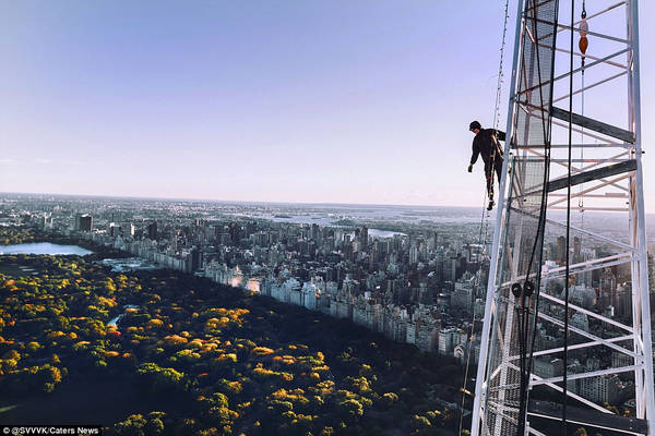 Họ chụp ảnh từ các tòa nhà chọc trời mà không có bất kỳ thiết bị bảo hộ nào. Trong ảnh, một người đàn ông đứng trên chiếc cần cẩu, nhìn về công viên trung tâm ở New York. Ảnh: @svvvk/Caters News.