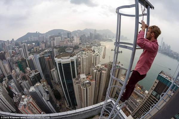 Thời gian đầu, anh chỉ leo lên những ngôi nhà thấp để chụp ảnh, sau đó anh tăng dần chiều cao của các tòa nhà. Ảnh: Denis Krasnov/www.mediadrumworld.com.