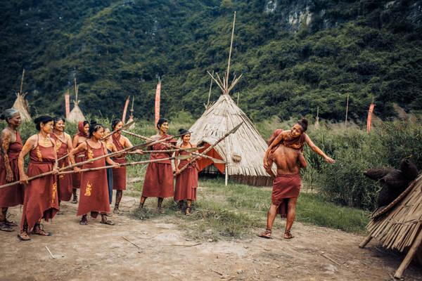 """Ngày 15/4, Ban quản lý khu du lịch Tràng An, Ninh Bình bắt đầu mở cửa miễn phí phim trường """"Kong: Skull Island"""" cho du khách tham quan. Trong đó, làng thổ dân được phục dựng nguyên mẫu như trong phim."""