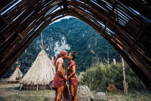 Bộ ảnh kể lại câu chuyện của cặp đôi thổ dân. Trên hòn đảo Đầu lâu có hai bộ tộc đối đầu nhau.