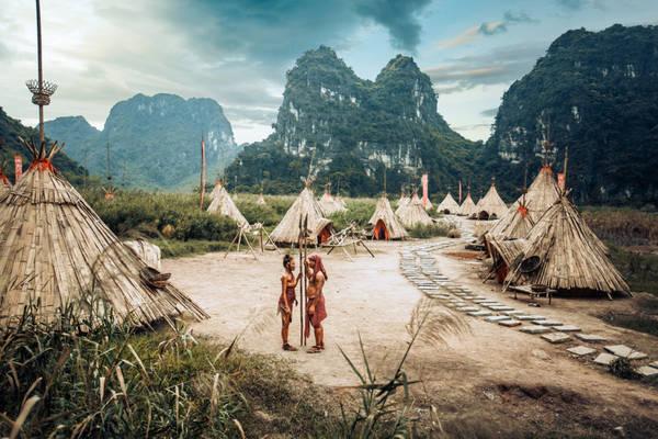 Tuy nhiên chàng trai và cô gái của hai bộ tộc phải lòng nhau. Chàng trai quyết định bắt cô gái về làm vợ. Hai bộ tộc xảy ra giao tranh quyết liệt.