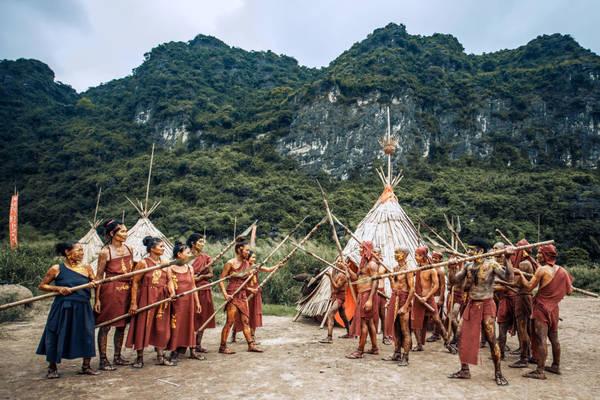 Ngôi làng có 34 túp lều chóp nhọn, chất liệu được xây dựng chủ yếu bằng tre nứa.