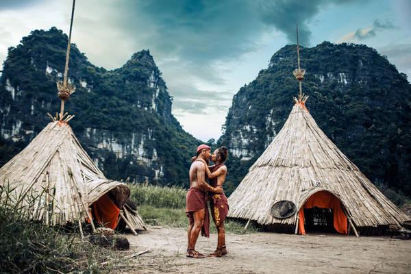 Bộ ảnh cưới lấy bối cảnh toàn bộ là ngôi làng dân tộc, với những dãy núi đá vôi bao quanh xuất hiện trong bộ phim bom tấn của Hollywood.